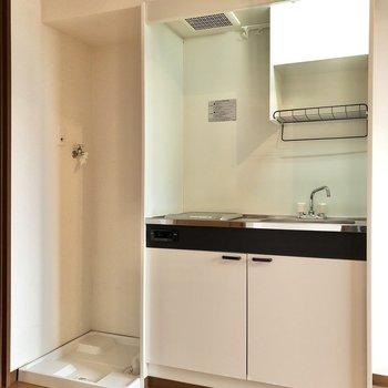 キッチン横には洗濯機置き場があります。※写真は1階の反転間取り別部屋のものです
