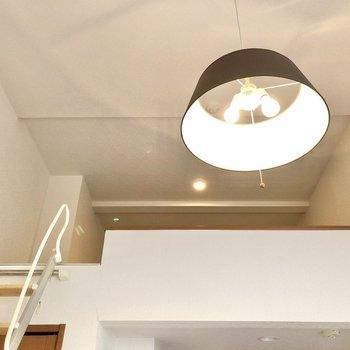 ライトも可愛いですね〜。※写真は1階の反転間取り別部屋のものです