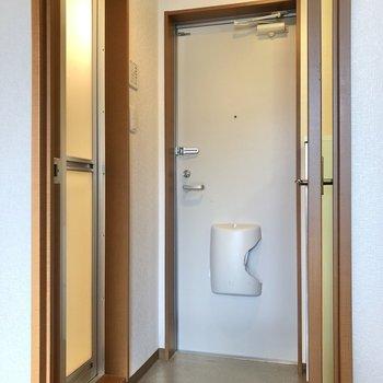 廊下に出ると左にお風呂があります。※写真は1階の反転間取り別部屋のものです