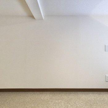 コンセントもあり、電子機器の充電等もできますね。※写真は1階の反転間取り別部屋のものです