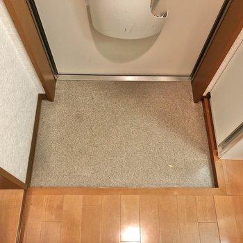 玄関スペースです。普段履く靴は出しておけそうです。※写真は1階の反転間取り別部屋のものです