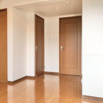 1番右側のドアがクローゼットです。※写真は1階の反転間取り別部屋のものです