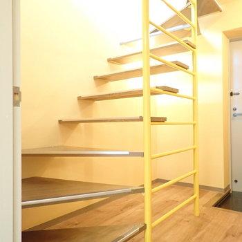 玄関前。階段が素敵ですよね。黄色のところにはいろいろ物をかけられそう。