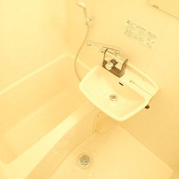 洗面台はお風呂のなかに。独立洗面台よりお掃除がらくちんですよ。