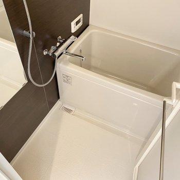 壁がブラウンでお洒落。浴槽も深いんです。浴室乾燥機付きで洗濯も〇