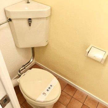 トイレはタンクレス。ハッピーなイエローカラー!