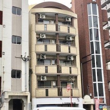 大通り沿いのこぢんまりマンション。