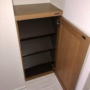 シューズボックスは小さめで斜めに置くタイプ。よく履くものは玄関に並べて、ラック置いたり〇