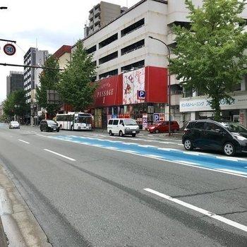 すぐそばにはコンビニと「野間四角」のバス停。博多や天神まで1本です!