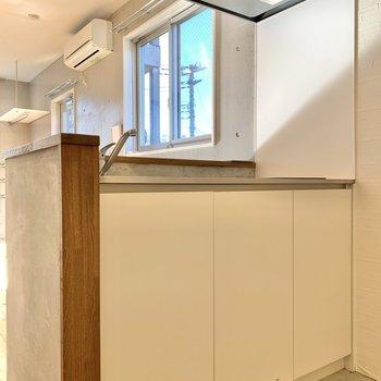 キッチンはシンプルな色合いです。