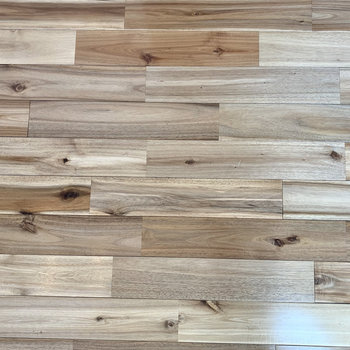 落ち着いた色合いの無垢床です。