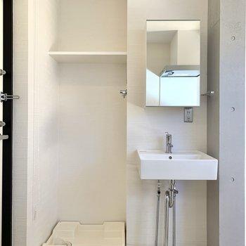 キッチン横には洗濯機置き場と洗面台が。