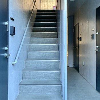 お部屋までは階段。幅は1人が通れるくらいです。