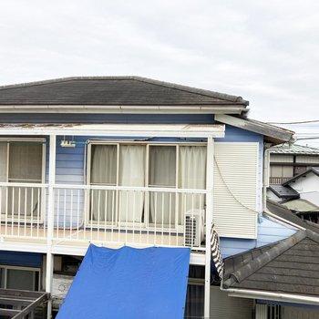 小窓からは隣のお家が。カーテンがあるといいですね。