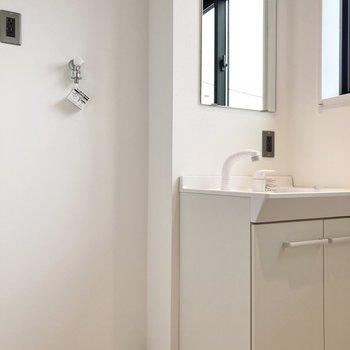 洗濯機は洗面台の隣に。