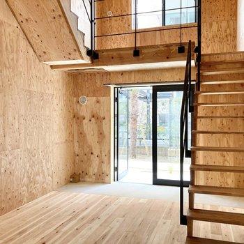 サンルームへ行きましょう。お部屋の中に階段があると気分が上がります。