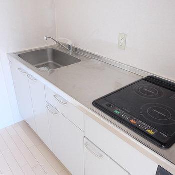IH2口コンロ、料理スペースもしっかりありますよ!(※写真は9階の同間取り別部屋のものです)