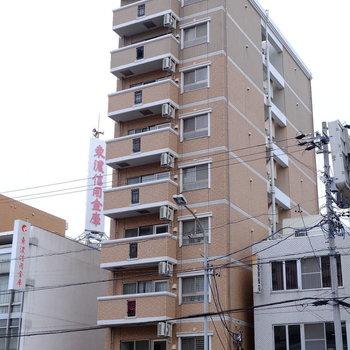 大通り沿いのマンションです
