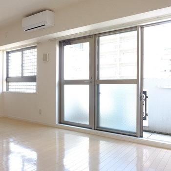 大きな窓からの光。優しい雰囲気のお部屋です(※写真は9階の同間取り別部屋のものです)