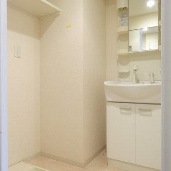 脱衣所に洗濯機置場とスッキリ洗面台。(※写真は8階の同間取り別部屋、清掃前のものです)