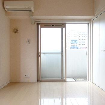 エアコン付き!テレビは窓横に◎(※写真は8階の同間取り別部屋、清掃前のものです)