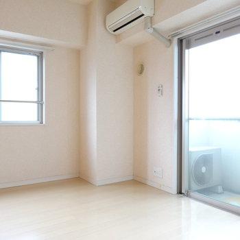 角部屋で2面窓。やわらかい雰囲気。(※写真は8階の同間取り別部屋、清掃前のものです)