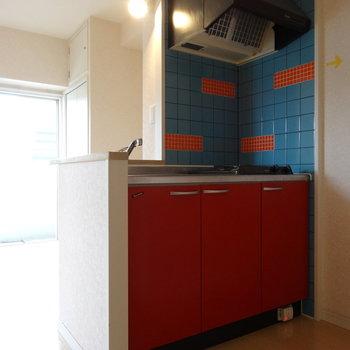 赤のキッチン!ビビットなタイルもかわいい♡(※写真は8階の同間取り別部屋、清掃前のものです)