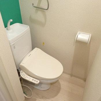 トイレにもミントグリーンのアクセント♪(※写真は8階の同間取り別部屋、清掃前のものです)