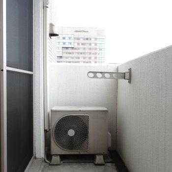 広くはないけど、洗濯物は十分干せる!(※写真は8階の同間取り別部屋、清掃前のものです)