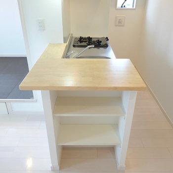 キッチンカウンターは家電置き場として。サイドの棚には皿などを収納。 (※写真は2階の反転間取り別部屋のものです)