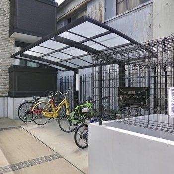 駐輪場とゴミ置き場は敷地のサイドに。