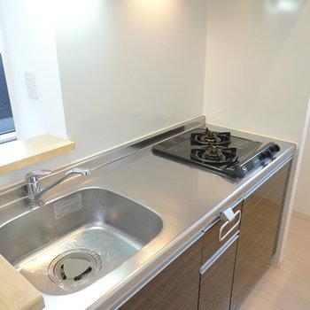 2口コンロに調理スペースもしっかりある自炊派にも嬉しいキッチン。 (※写真は2階の反転間取り別部屋のものです)