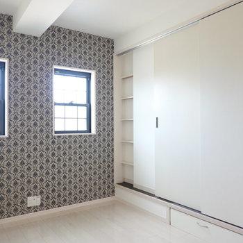 LDKと畳のスペースは引き戸で仕切れます。閉めると壁に収納が現れるんです。 (※写真は2階の反転間取り別部屋のものです)