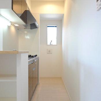 細長いスペースの奥には窓があるので篭りがちな料理の匂いもしっかり換気できますよ。 (※写真は2階の反転間取り別部屋のものです)