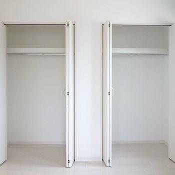 その脇の壁にはクローゼットが2つ。洋服好きさんも便利にお住まいいただけます◎ (※写真は2階の反転間取り別部屋のものです)