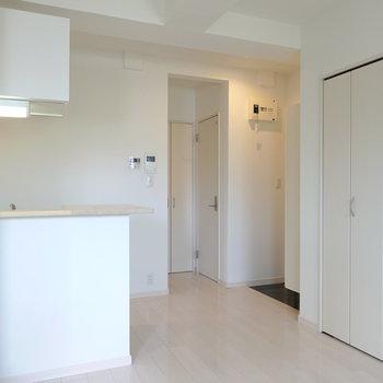 水回り設備は全て玄関側に。キッチンは左手に。 (※写真は2階の反転間取り別部屋のものです)