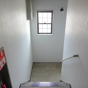 お部屋は2階でアクセスは階段のみ。室内階段なので雨は気にしないで済みますね。