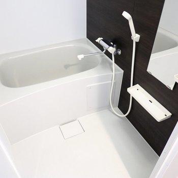 お風呂はシンプルな設備ですが、浴室乾燥機付きなので雨の日の洗濯物もしっかり乾きます。 (※写真は2階の反転間取り別部屋のものです)