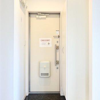 クールなタタキの玄関には、フロート仕様の靴箱が。 (※写真は2階の反転間取り別部屋のものです)