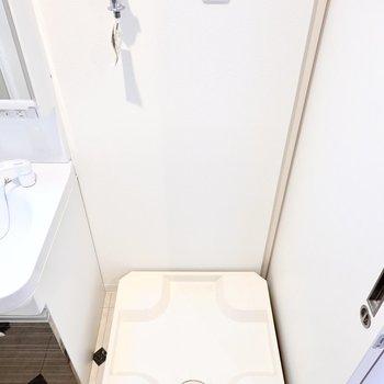 洗濯機置き場はその隣に。 (※写真は2階の反転間取り別部屋のものです)