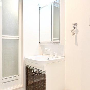 鏡が大きい洗面台。細かいところまで身だしなみがチェックできそう。 (※写真は2階の反転間取り別部屋のものです)