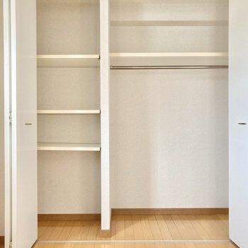 収納はこちらのみ。棚やハンガーポール、使い分けられるのがいいね。 (※写真は8階の反転間取り別部屋のものです)