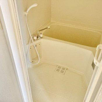 お風呂はシンプルですが、肩まで浸かれる湯船がうれしい。 (※写真は8階の反転間取り別部屋のものです)