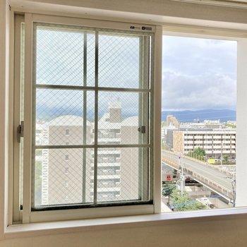 側面の窓からは住宅街が見えます!晴れていたらとっても気持ちいい◎ (※写真は8階の反転間取り別部屋のものです)