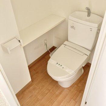 トイレはウォシュレット付き!広々しているのが嬉しい。 (※写真は8階の反転間取り別部屋のものです)