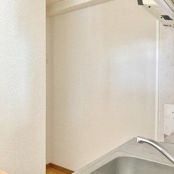奥のボコっとなったところに冷蔵庫を置きましょう。 (※写真は8階の反転間取り別部屋のものです)