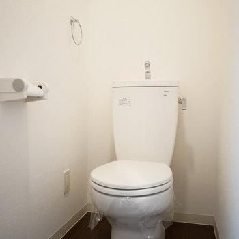 トイレはシンプルな手洗い付のもの。(※写真は2階反転間取り別部屋のものです)