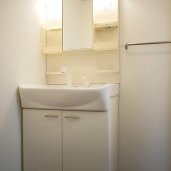 独立洗面台の横にはタオル掛けも完備!(※写真は2階反転間取り別部屋のものです)