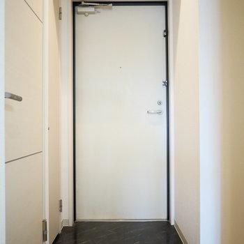 玄関。横に洗濯機置場があります。(※写真は2階反転間取り別部屋のものです)