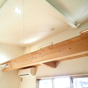 天井は工場風!無垢材とも雰囲気があっていました。